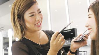 化粧品ブランドのビューティアドバイザー