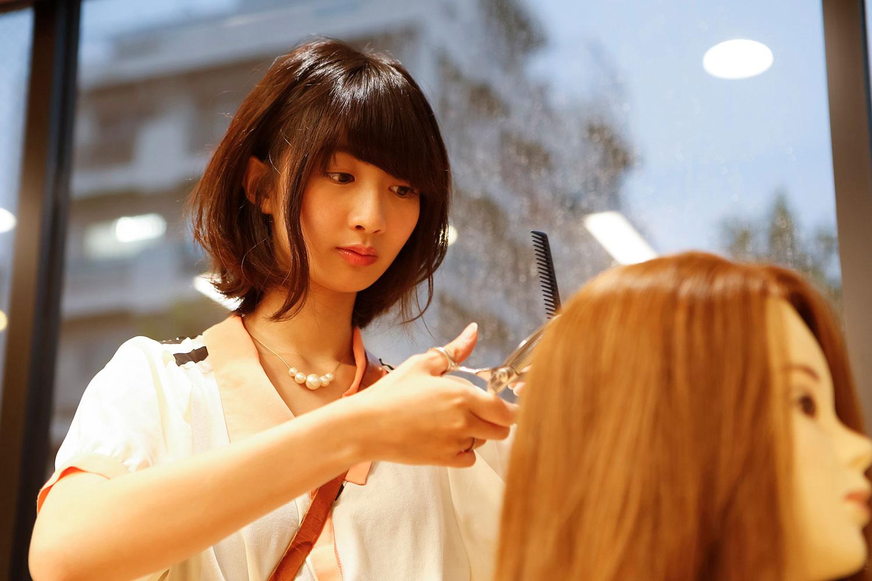 憧れの職業として人気の高い美容師の仕事。美容師になるためには、どのような勉強をして、どのような資格を取得したら良いのでしょうか。本記事では美容師になるための方法、美容師免許の取得方法をわかりやすくご説明します。